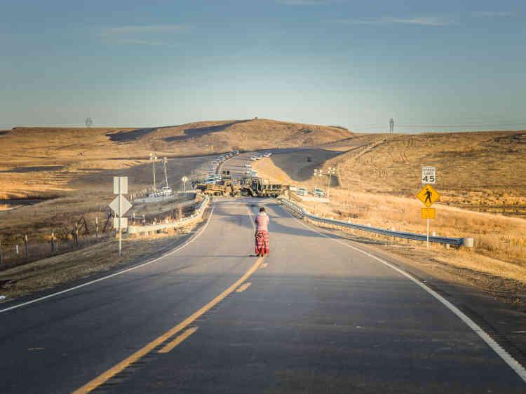 Jaylyn Gough, de la tribu Navajo, sur une portion de la Highway 1806 bloquée par la police pour empêcher des affrontements entre les manifestants et les ouvriers du chantier du pipeline.