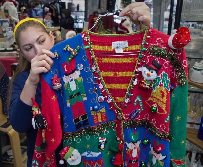 Dans les années 1980, le pull de Noël a commencé à être manufacturé, imitant les pulls faits à la main.