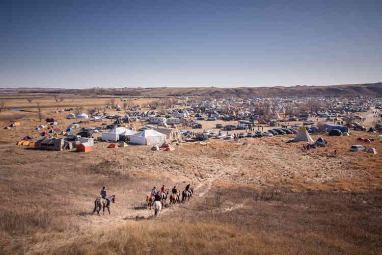 Un groupe de jeunes hommes chevauchent vers Oceti Sakowin. Depuis le début de la résistance contre le passage du pipeline, en avril 2016, plus de 3000personnes ont rejoint le camp.