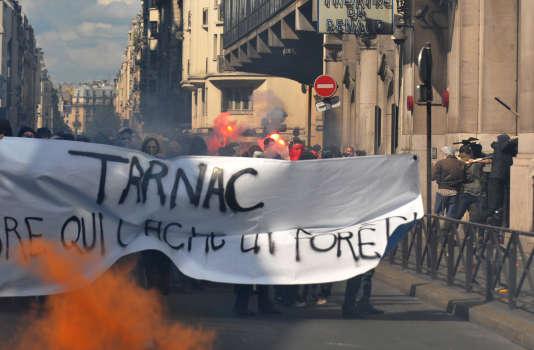 """Des personnes manifestent le 21 juin 2009 à Paris en soutien aux neuf personnes du """"groupe de Tarnac"""" mises en examen à l'automne 2008."""
