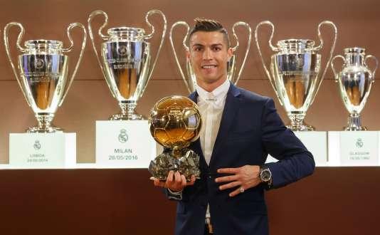 Cristiano Ronaldo pose avec son nouveau Ballon d'or dans la salle des trophées du Real Madrid, le 12 décembre.