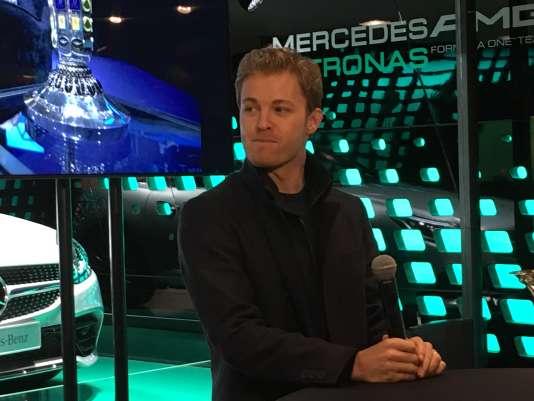 Nico Rosberg, de passage au drugstore Mercedes des Champs-Elysées le 13 novembre.