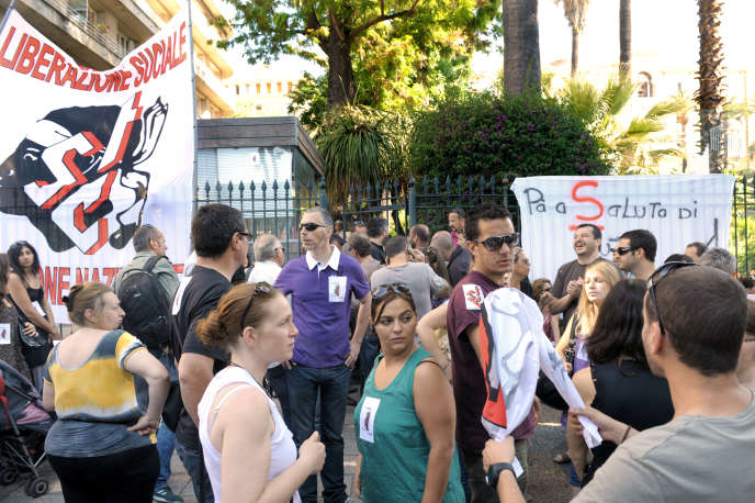 Des militants du Syndicats des travailleurs corses (STC) devant l'assemblée de Corse d'Ajaccio, le 26 mai 2011.