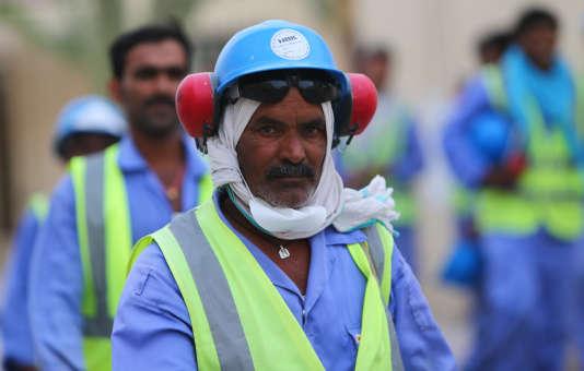 Des travailleurs étrangers sur le chantier du stade de football d'Al-Wakrah, à Doha, le4mai 2015.