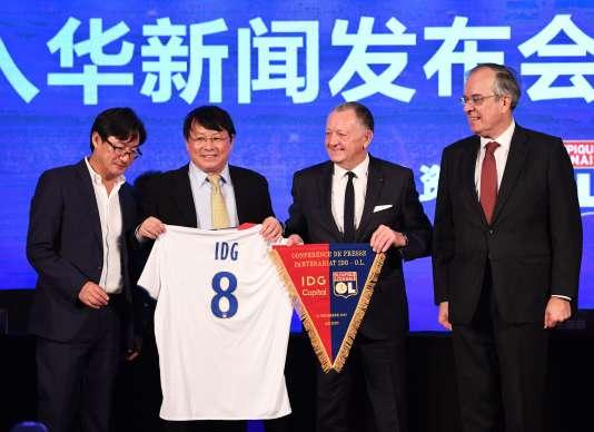 Jean-Michel Aulas et le patron d'IDG, Li Jianguang, mardi 13 décembre à Pékin.
