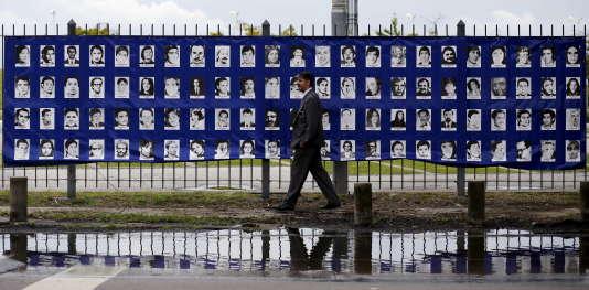 Environ 30 000 personnes ont disparu sous la dictature argentine, selon les organisations humanitaires. Ici, le 18 mars 2016, un homme passe devant les portraits des personnes disparues durant la dictature militaire argentine (1976-1983) du Parc de la mémoire, à Buenos Aires.