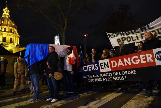 Manifestation de policiers, devant les Invalides, à Paris, le 13 décembre.