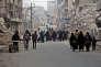 Des civils syriens sont en train de fuir le quartier de Soukkari vers des zones plus sûres, le 12 décembre.