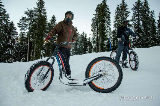 Une drôle de trott' aux roues énormes, pour une descente ludique dans la neige.