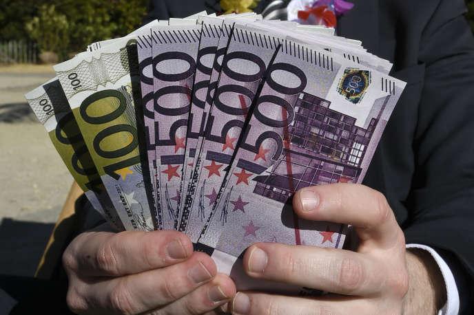 Selon Oxfam, la France n'est pas exemplaire : « Elle vient d'adopter une baisse progressive de son taux d'imposition sur les sociétés, de 33 % à 28 % et multiplie les crédits d'impôts aux entreprises, qui coûtent à l'Etat plus de 83 milliards d'euros par an. »