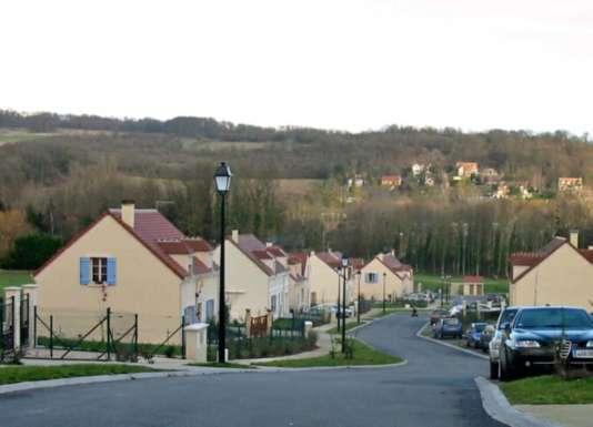 Vue de l'allée principale du lotissement de la Tourelle à Maule (Yvelines)