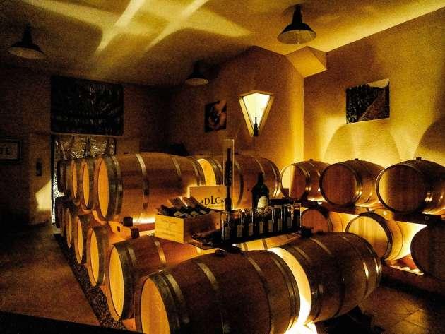 Pour montrer qu'il faut dépasser les préjugés, le vigneron Dominique Léandre-Chevalier (ici, la cave de son domaine) a vendu le même vin sous deux étiquettes différentes : un vin de France, nommé L'Homme-Cheval, et un AOC blaye-côtes-de-bordeaux.