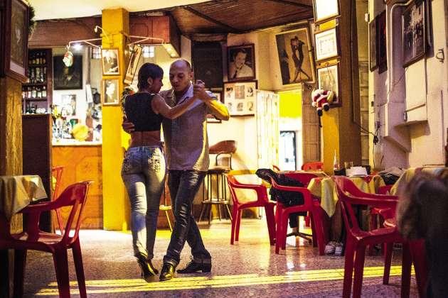 Siroter de l'aguardiente en hommage à Carlos Gardel, une légende du tango argentin, à Homero Manzi.