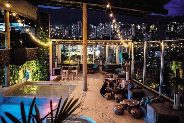 Au coucher du soleil ou à la nuit tombée, le toit-terrasse de l'hôtel Charlee est un incontournable.