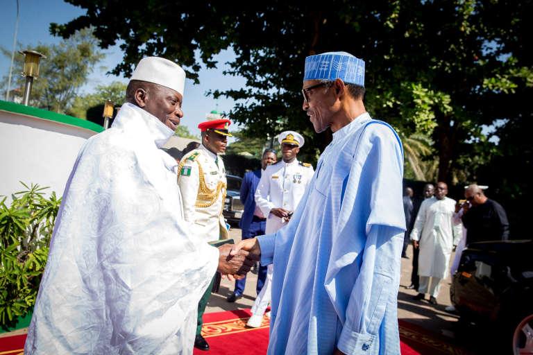 Yahya Jammeh (à gauche) avec le président nigérian Muhammadu Buhari à Banjul le 13 décembre.