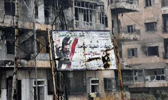 Une affiche de propagande du régime dans un quartier repris par l'armée syrienne, le 13 décembre.