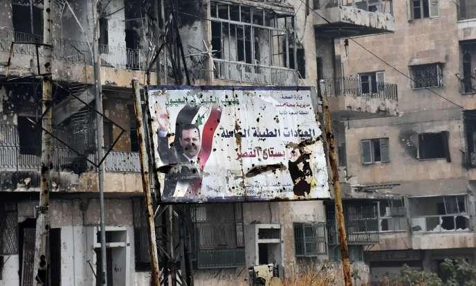 Un panneau à l'effigie du président syrien Bachar Al-Assad dans le quartier de Boustan Al-Qasr, repris par les forces gouvernementales, le 13 décembre.