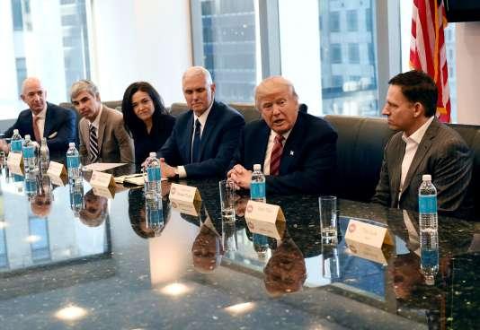 De gauche à droite : Jeff Bezos (Amazon), Larry Page (Alphabet), Sheryl Sandberg (Facebook), le futur vice-président Mike Pence, le président élu Donald Trump et Peter Thiel (cofondateur de Paypal).