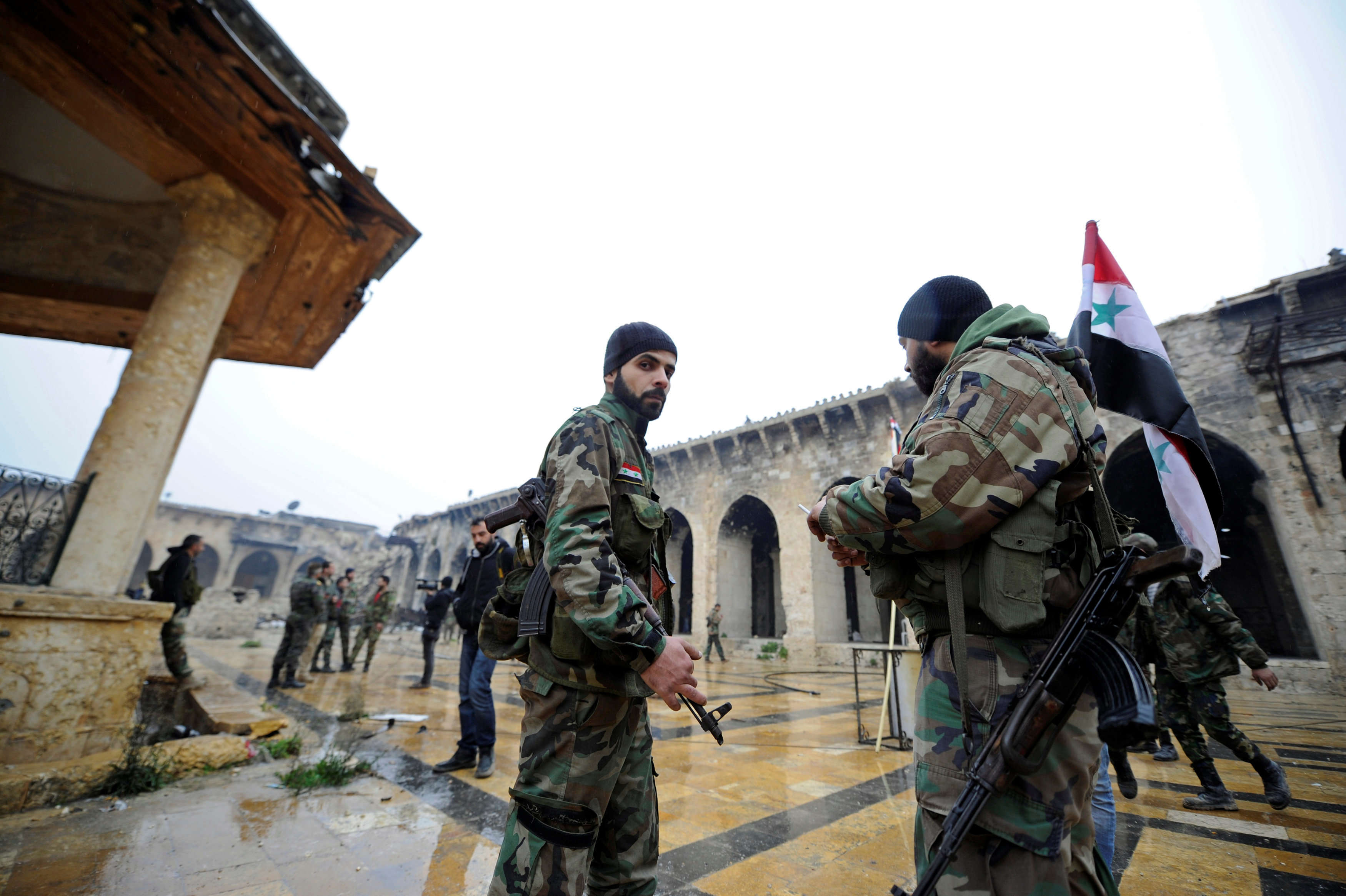 Alep, le 13 décembre 2016. Des soldats des forces gouvernementales, dans la mosquée des Omeyyades.