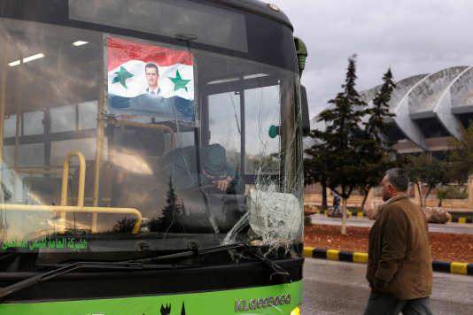 Les bus devant transporter les personnes évacuées d'Alep ont regagné leur dépôt.
