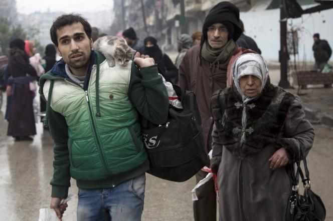 Des habitants d'Alep quittent une zone tenue par les rebelles, le 13 décembre 2016.