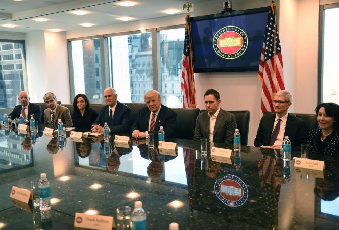 De gauche à droite, Jeff Bezos (Amazon), Larry Page (Alphabet), Sheryl Sandberg (Facebook), Mike Pence (futur vice-président des Etats-Unis), Donald Trump, Peter Thiel (PayPal), Tim Cook (Apple) et Safra Catz (Oracle), à la Trump Tower, à New York, mercredi 14 décembre.