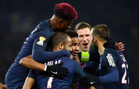 Lucas Moura (au centre de dos) est félicité par ses coéquipiers du Paris-Saint-Germain pour avoir marqué un but lors des huitièmes de finale de la Coupe de la Ligue, face à Lille, le 14décembre.