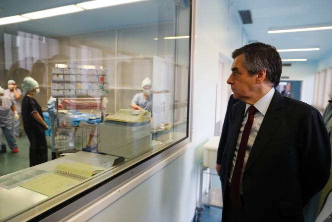 François Fillon, à l'hôpital Marie-Lannelongue auPlessis-Robinson (Hauts-de-Seine), le 14 décembre 2016.
