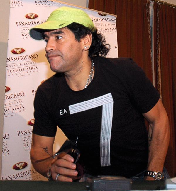 Maradona a lui aussi la fâcheuse habitude de se soustraire à l'impôt sur le revenu.