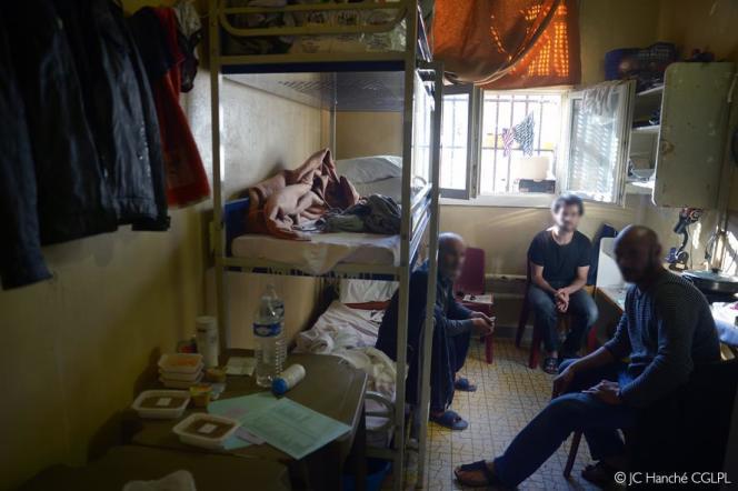 Cellule de 10 mètres carrés occupée par trois détenus au centre pénitentiaire de Fresnes en octobre.