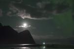 Mick Fanning surfe sous une aurore boréale en Norvège.