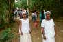 Des employés en costume d'esclaves noirs accueillent les touristes à la fazenda Santa Eufresia à Vallouras (Brésil).