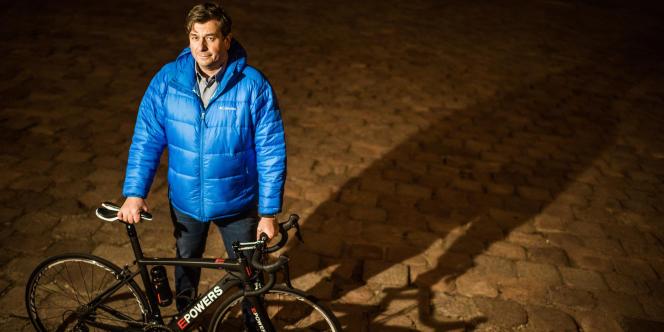 Istvan Varjas, avec un de ses vélos équipé d'un moteur dissimulé dans le châssis, à Pecs (Hongrie), le 4 décembre.
