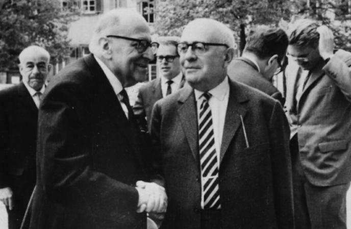 Horkheimer (à g.) et Adorno (à dr.). A l'arrière plan, main dans les cheveux, Habermas. Heidelberg, avril 1964.