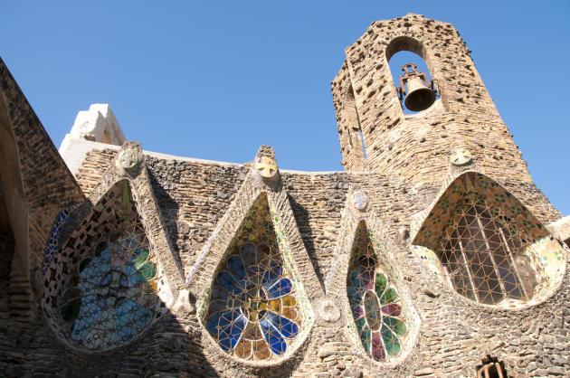L'église, connue sous le nom de crypte, construite par Gaudi à Santa Coloma de Cervello.