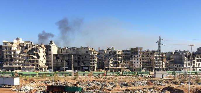Des bus garés dans le quartier deRamouseh, tenu par les forces du gouvernement, attendent d'évacuer les civils de l'est d'Alep, le 15 décembre.