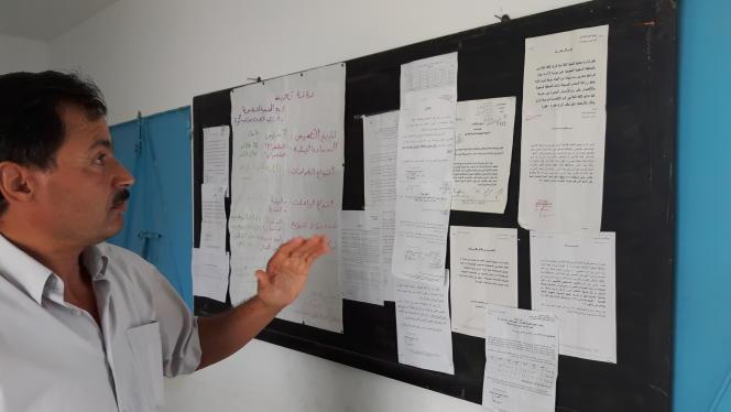 Lotfi Mansouri, responsable du Groupement de développement agricole (GDA) devant les lettres aux autorités qui demandaient d'économiser l'eau du barrage et sont restées sans réponse.