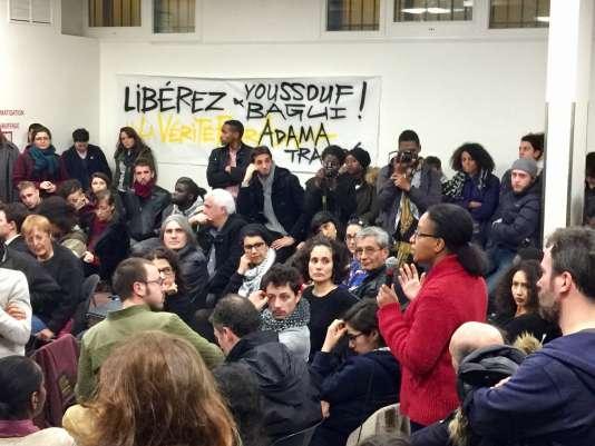 Le débat lors du meeting de soutien à Ysoufou et Bagui Traoré, à Paris, le 14décembre.