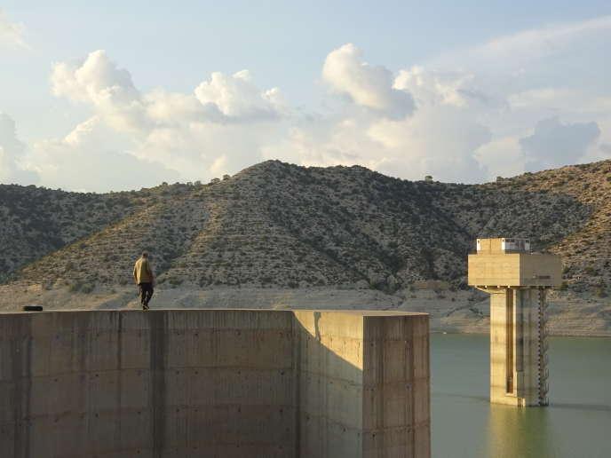 Abdallah Bouiissi, responsable du barrage de Nebhana, constate qu'il n'est rempli à moins de 10% de sa capacité.