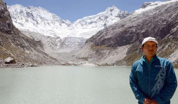 Le Péruvien Saùl Luciano Lliuya – ici, le 15 septembre 2015–, demandait que l'entreprise allemande RWE financât en partie les travaux de sécurisation de la communauté de Huaraz.