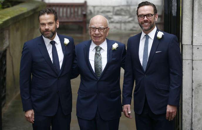 Le magnat Rupert Murdoch, entouré de ses deux fils, Lachlan et James, à l'église StBride, à Londres, au lendemain de son mariage avec la mannequin Jerry Hall, enmars 2016.