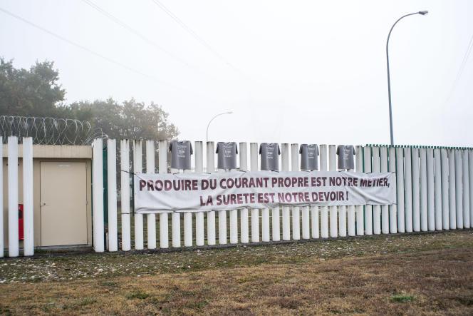 Banderoles contre la fermeture de la centrale nucléaire de Fessenheim, sur les barrières du site.