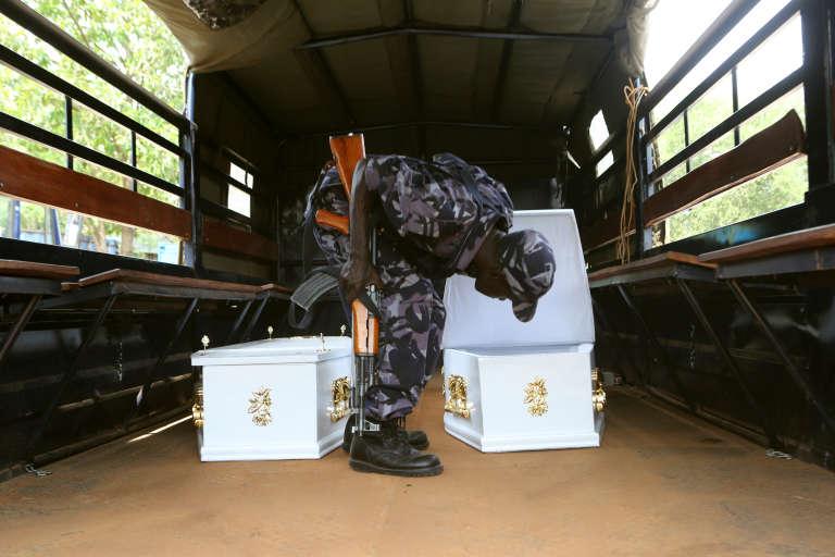 Cercueils destinés aux policiers et soldats tombés lors de l'assaut donné par les forces de sécurité contre la garde royale du souverain de Rwebururu, les 26 et 27 novembre 2016 à Kasese.