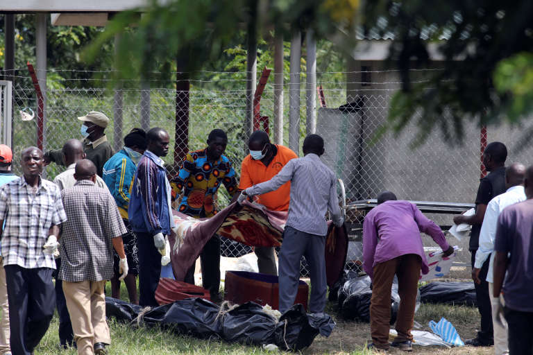 Des parents recueillent les corps de leurs proches à la morgue, après les événements sanglants des26 et 27 novembre 2016, à Kasese, le 30 novembre.