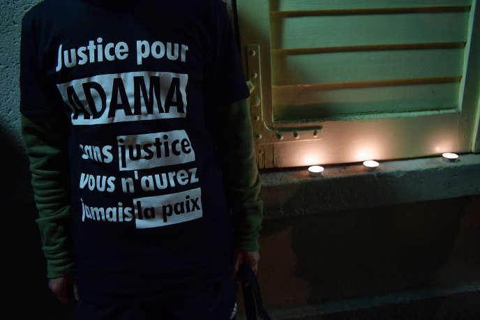 La famille d'Adama Traoré accuse le parquet d'avoir passé sous silence les véritables causes de la mort du jeune homme.