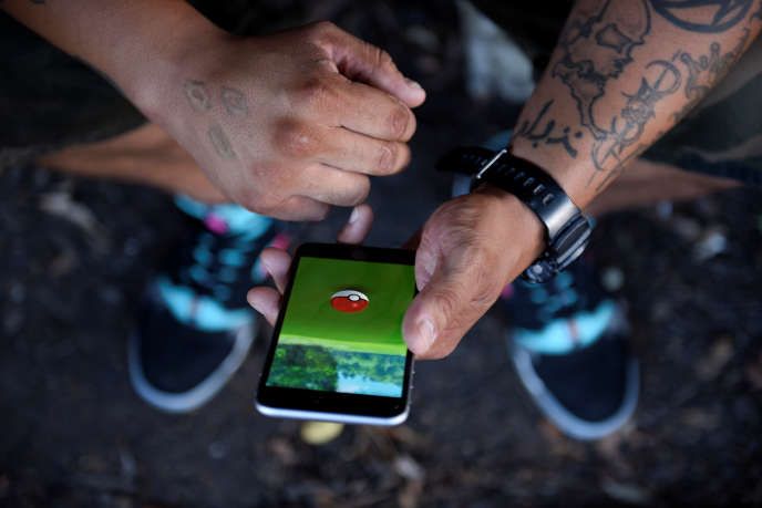 Un homme joue à Pokémon Go à Occoquan, en Virginie, aux Etats-Unis, le 14 août 2016.