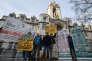 Des militants devant la Cour suprême de Londres, le 7 décembre 2016. Certains affichent des pancartes favorables au Brexit, tandis que d'autres s'y opposent.