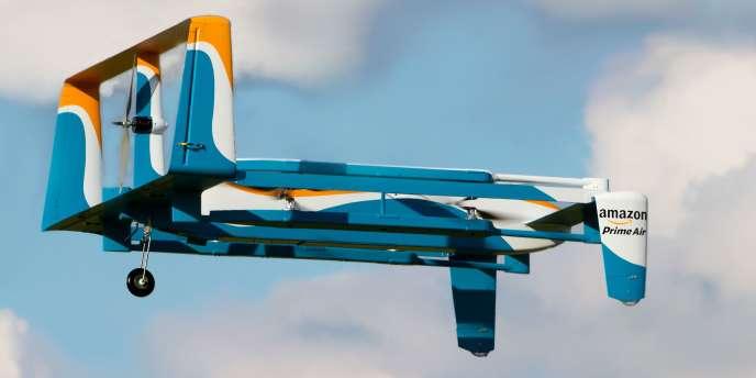 Un prototype de drone de livraison conçu par Amazon en vol d'essai près deCambridge, en Angleterre.