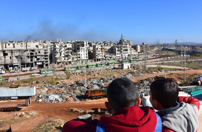 Des enfants syriens assistent à une opération d'évacuation des quartiers rebelles d'Alep, le 15 décembre.