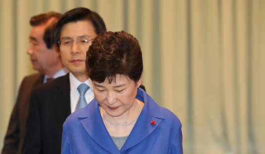 Park Geun-hye est soupçonnée de complicité avec sa confidente de l'ombre, laquelle est accusée d'avoir forcé des conglomérats comme Samsung à verser des « dons » à deux fondations douteuses dont Mme Choi se servait comme tirelire personnelle.